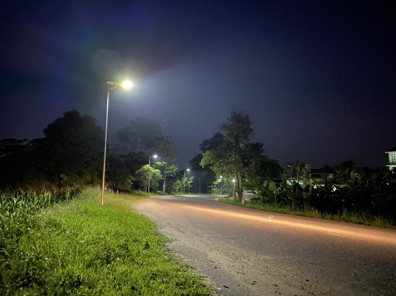 den-duong-nang-luong-mat-troi-cao-cap-100w-nang-lap-san-solar-light-l100w-mn