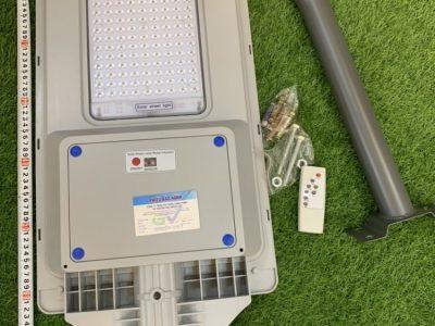– Tuổi thọ tấm pin NLMT: 10-12 năm – Dung lượng pin: 35.000 mAh – Hiển thị led sạc pin ngay trên đèn rất tiện lợi. – Khả năng tự bật tắt khi trời tối… – Đèn năng lượng mặt trời dễ dàng cài đặt, lắp ráp và không tốn chi phí bảo trì. – Không sử dụng dây điện giúp tiết kiệm chi phí và an toàn về điện. – Chiều cao lắp đặt từ 3 – 5 mét. Kích thước đèn 35 x 71 cm Kích thước tấm pin 35x58cm